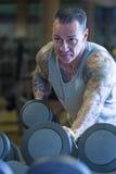 Uomo che fa contraccolpo della testa di legno - routine di allenamento Immagine Stock
