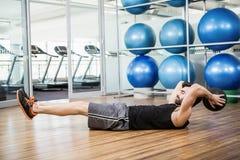 Uomo che fa esercizio con palla medica Fotografia Stock Libera da Diritti