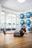 Uomo che fa esercizio con palla medica Immagini Stock