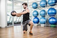 Uomo che fa esercizio con palla medica Immagine Stock