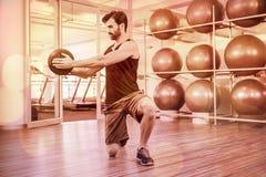 Uomo che fa esercizio con palla medica Fotografie Stock