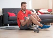Uomo che fa esercizio del corpo e che risolve a casa Fotografia Stock