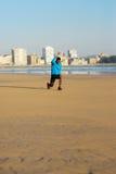 Uomo che fa esercizio di camminata di affondo prima dell'correre Fotografia Stock Libera da Diritti