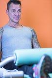 Uomo che fa estensione della gamba - routine di allenamento Immagine Stock Libera da Diritti