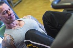 Uomo che fa gamba premere - routine di allenamento Immagini Stock Libere da Diritti