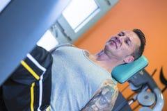 Uomo che fa gamba stampa esercitare - routine di allenamento Fotografie Stock Libere da Diritti