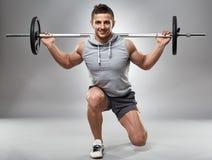 Uomo che fa gli affondo, allenamento delle gambe Fotografia Stock Libera da Diritti