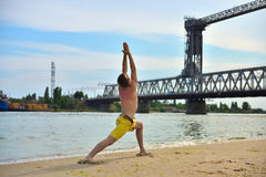 Uomo che fa gli esercizi di yoga Fotografia Stock