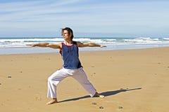 Uomo che fa gli esercizi di yoga Immagine Stock Libera da Diritti
