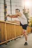 Uomo che fa gli esercizi nella città Fotografia Stock Libera da Diritti