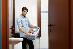 Uomo che fa i lavoretti con la lavatrice Immagini Stock