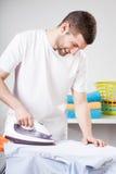 Uomo che fa i lavori domestici Fotografia Stock