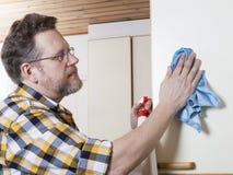 Uomo che fa i lavori domestici Immagini Stock
