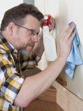 Uomo che fa i lavori domestici Fotografia Stock Libera da Diritti