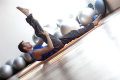 Uomo che fa i pilates Fotografia Stock Libera da Diritti