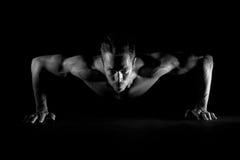 Uomo che fa i pushups Fotografia Stock Libera da Diritti