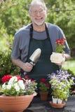 Uomo che fa il giardinaggio all'aperto Immagini Stock