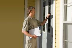 Uomo che fa il lavoro di petizione o di indagine di porta in porta Fotografie Stock Libere da Diritti