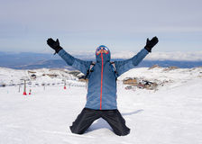 Uomo che fa il segno di vittoria dopo il risultato di punta di trekking della sommità in montagna della neve sul paesaggio di inv Immagini Stock Libere da Diritti