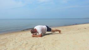 Uomo che fa plancia al mare