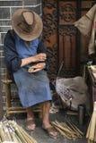 Uomo che fa spazzola di bambù Fotografia Stock