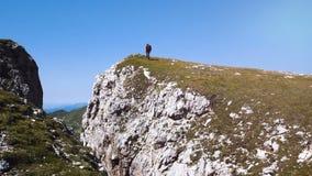 Uomo che fa trekking nelle montagne, camminanti alla cima, montagne di Alta Badia stock footage