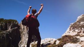 Uomo che fa trekking nelle montagne, camminanti alla cima, montagne di Alta Badia archivi video
