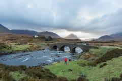 Uomo che fa un'escursione attraverso gli altopiani scozzesi Fotografie Stock Libere da Diritti