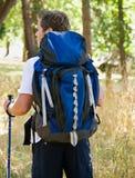 Uomo che fa un'escursione con lo zaino Fotografia Stock Libera da Diritti