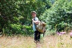Uomo che fa un'escursione foresta Fotografie Stock