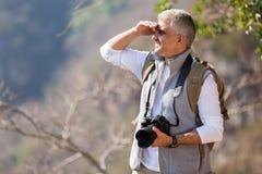 Uomo che fa un'escursione montagna Immagini Stock Libere da Diritti