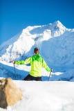 Uomo che fa un'escursione in montagne bianche di inverno Fotografia Stock Libera da Diritti
