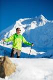 Uomo che fa un'escursione in montagne dell'Himalaya di inverno Fotografia Stock