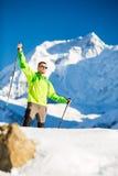 Uomo che fa un'escursione in montagne dell'Himalaya nel Nepal Immagine Stock