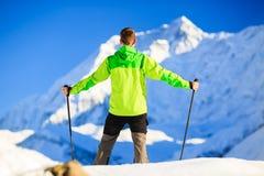 Uomo che fa un'escursione in montagne dell'Himalaya nel Nepal Fotografia Stock