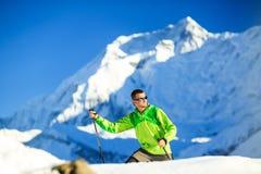 Uomo che fa un'escursione in montagne dell'Himalaya nel Nepal Fotografia Stock Libera da Diritti