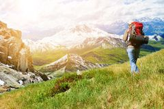 Uomo che fa un'escursione nelle alpi di estate Fotografie Stock