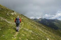 Uomo che fa un'escursione sulla montagna immagini stock libere da diritti