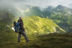 Uomo che fa un'escursione sulla montagna fotografia stock libera da diritti