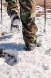 Uomo che fa un'escursione sulla neve Immagine Stock