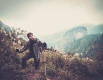 Uomo che fa un'escursione in una foresta della montagna Fotografie Stock