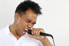 Uomo che fa un karaoke Immagini Stock