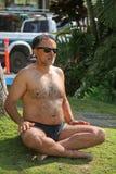 Uomo che fa yoga Immagini Stock Libere da Diritti