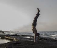 Uomo che fa yoga Fotografia Stock Libera da Diritti