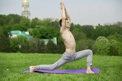 Uomo che fa yoga in natura Immagini Stock Libere da Diritti