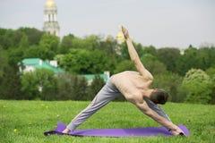 Uomo che fa yoga in natura Fotografie Stock