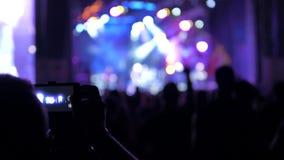 Uomo che filma un concerto stock footage