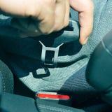Uomo che fissa la cintura di sicurezza dell'automobile Fotografia Stock Libera da Diritti
