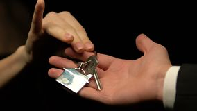 Uomo che fornisce le chiavi della donna con il keychain della casa, concetto di divorzio, divisione della proprietà archivi video