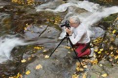 Uomo che fotografa corrente Fotografia Stock Libera da Diritti